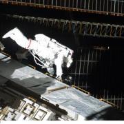 Astronaute à proximité des panneaux solaires