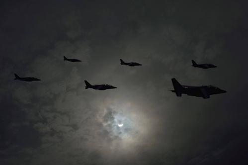 Passage de la Patrouille de France devant l'éclipse (image Armée de l'Air)