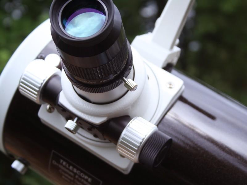 Photo d'un oculaire sur le porte-oculaire d'un télescope (image Google)
