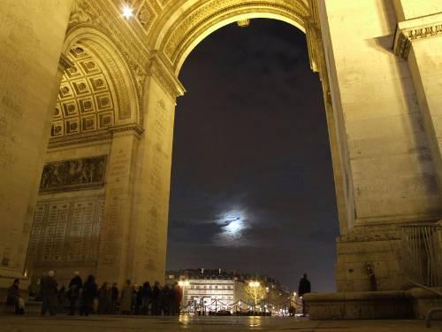 Lune dans l'Arc de Triomphe (image Google)