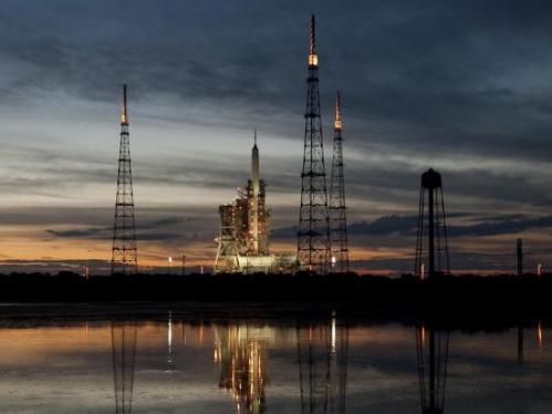 La fusée Arès sur son pas de tir (image NASA)