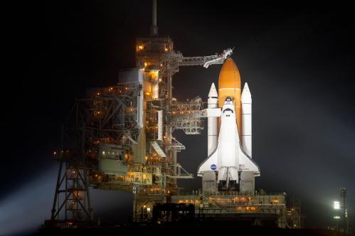 La navette Discovery sur son pas de tir (mission STS 133)