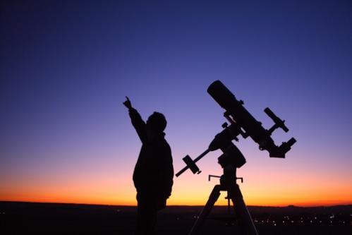 Un observateur et sa lunette... (image Astronomie Reims France)