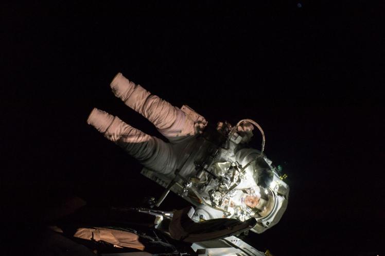 L'astronaute Peggy Whitson lors d'une opération à l'extérieur de l'ISS (image NASA)