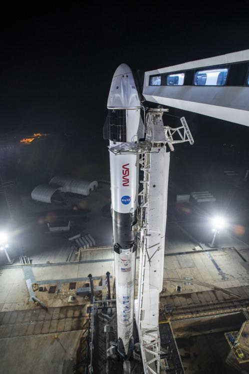 La fusée Falcon 9 et la capsule Dragon 2 sur le pas de tir (image SpaceX)