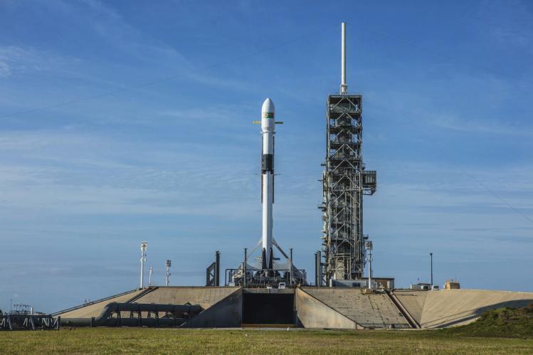 La fusée Falcon 9 sur son pas de tir (image Space X)