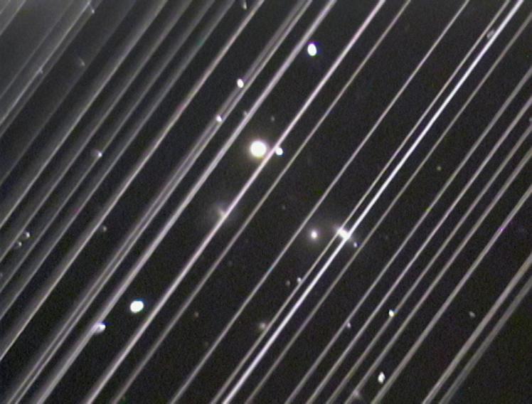 Le groupe de galaxies NGC 5353-4 strié par Starlink (image Victoria Girgis - Observatoire Lowell)