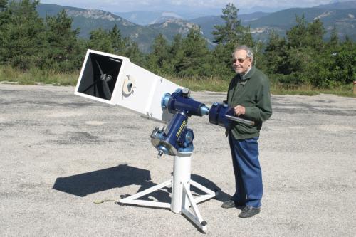 L'astronome Pierre Bourge près d'un télescope (image SAF)