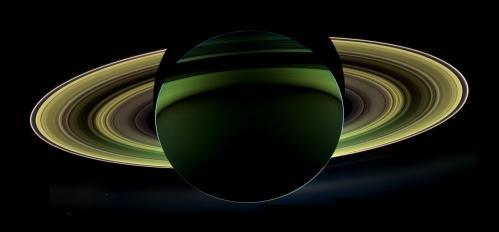Saturne vue en contre-jour (image NASA)