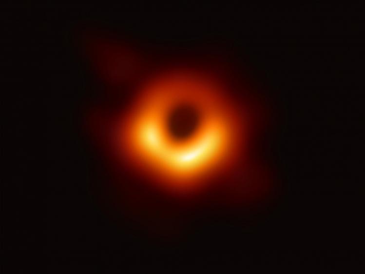 Trou noir situé au centre de M87 (image Event Horizon Telescope)