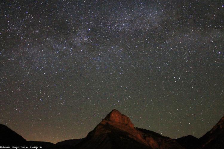 Voie Lactée au dessus du rocher de Pierre-Mont - Alpes (image Jean-Baptiste Faupin)