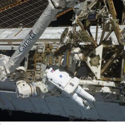 Un cosmonaute au bout du bras robotisé