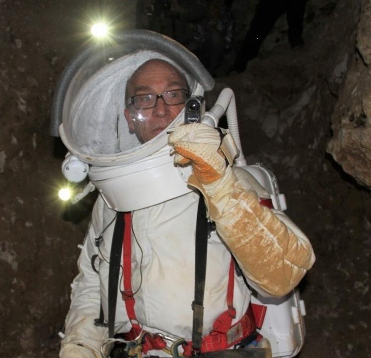 Alain Souchier en tenue de scaphandre (image Association Planète Mars)